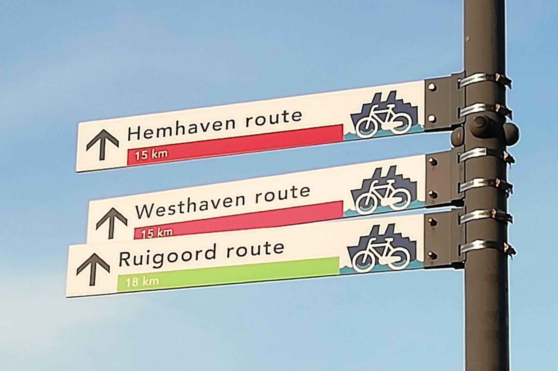 De bordjes van de fietsroutes door de Amsterdamse haven