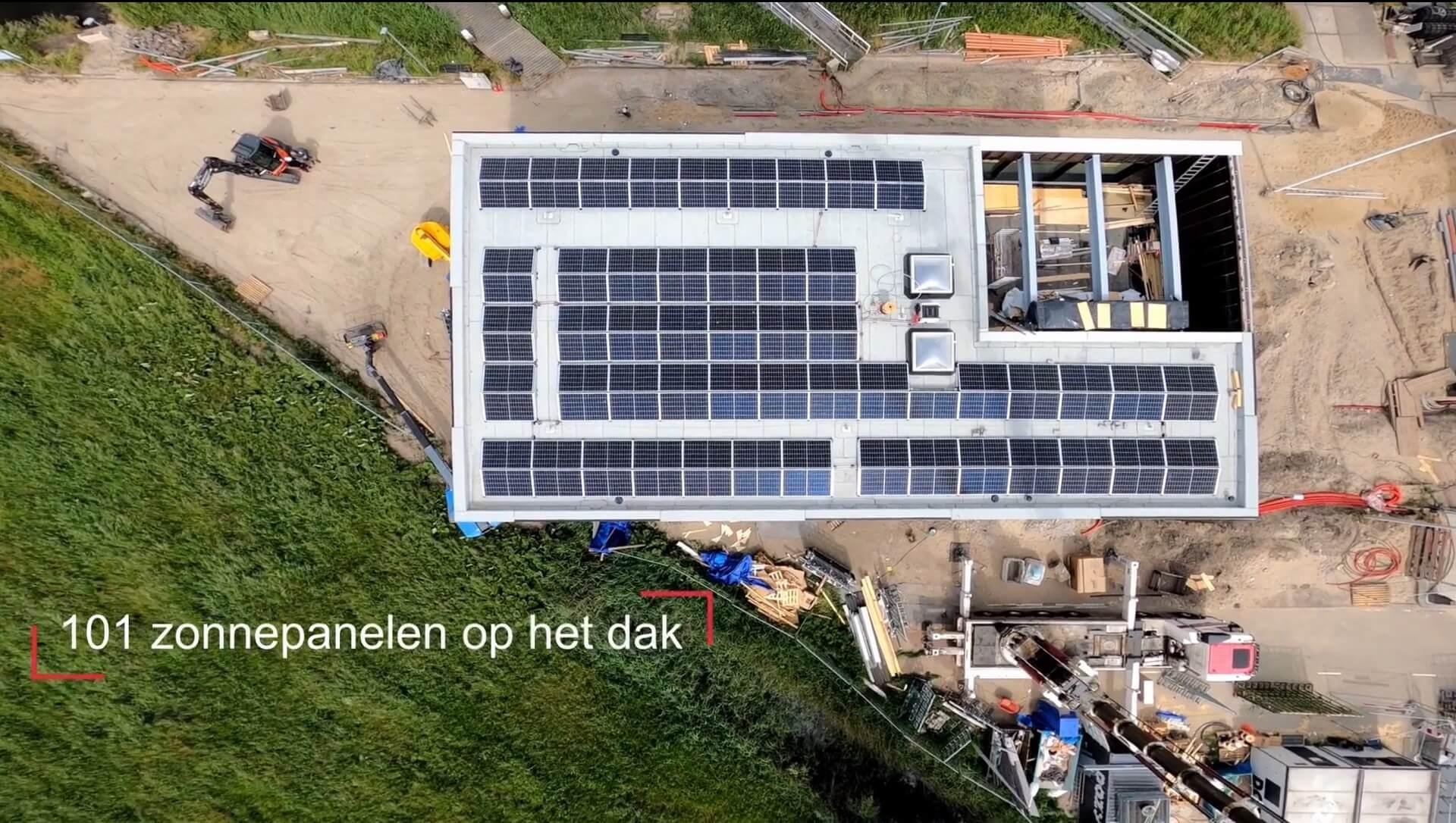 Zonnepanelen op het dak van het Nautisch Coördinatie Centrum