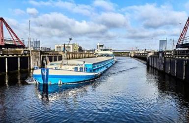 blauw binnenvaartschip in de zeesluis IJmuiden