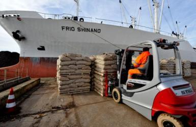 Laden stukgoed op het schip Frio Shinand