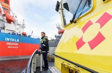 Schipper Port of Amsterdam bij schip Inyala