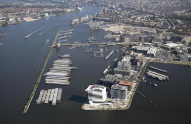 Duwbakken in het havengebied in Amsterdam