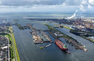 Dronebeelden van de nieuwe zeesluis bij IJmuiden