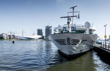Riviercruiseschip in Amsterdamse haven