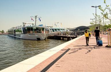 Riviercruiseschepen in Amsterdamse haven